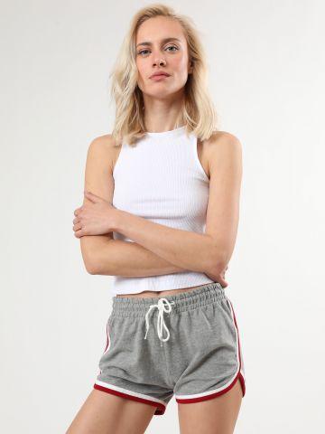 מכנסי טרנינג קצרים עם סיומת מודגשת