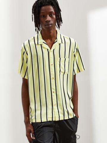חולצה מכופתרת בהדפס פסים UO