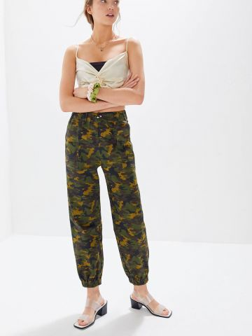 מכנסיים גבוהים בהדפס קמופלאז' UO