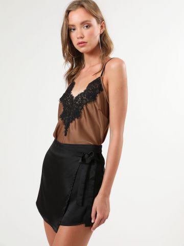 מכנסי סאטן קצרים בסגנון חצאית מעטפת