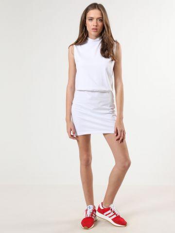 שמלת מיני עם סיומת צמודה וצווארון גבוה
