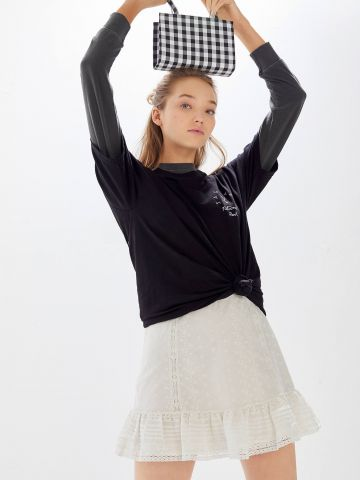 חצאית מיני בעיטור רקמה עם מלמלה UO