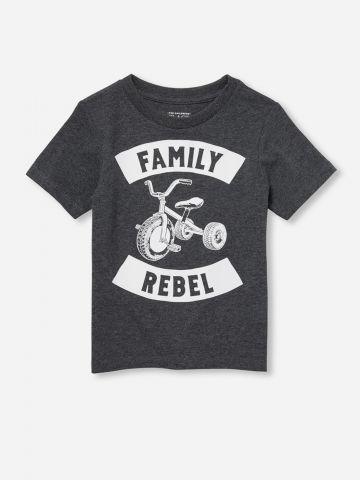 טי שירט עם הדפס כיתוב Family Rebel