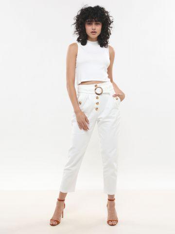 ג'ינס עם כפתורים וחגורה