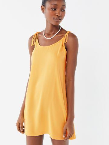 שמלת מיני עם כתפיות קשירה UO