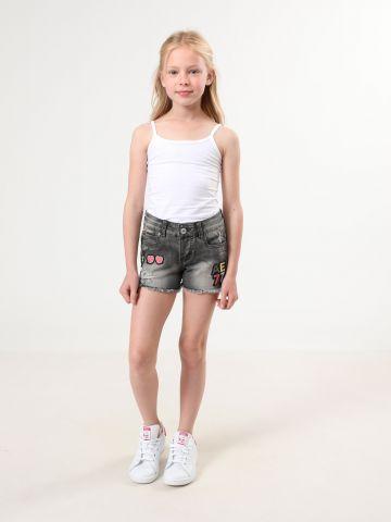 ג'ינס קצר עם ווש ועיטור פאצ'ים