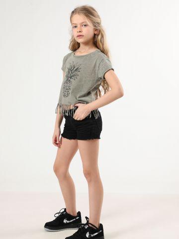 ג'ינס קצר עם סיומת פרומה וקרעים