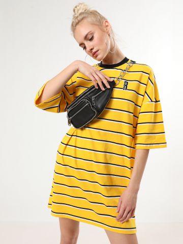 שמלת טי שירט מיני פסים עם פאץ' לוגו