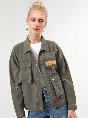 ג'קט ג'ינס עם קרעים ורוכסן מודגש