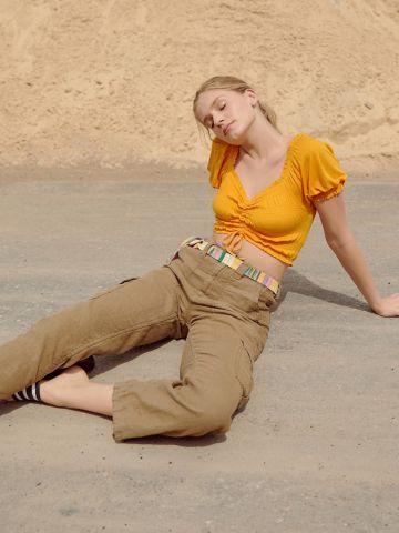 חולצת קרופ עם כיווצים UO