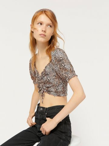 חולצת קרופ בהדפס מנומר עם כיווצים UO