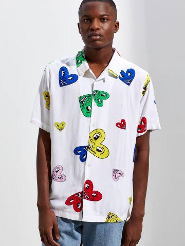 חולצה מכופתרת בהדפס לבבות צבעוני Keith Haring UO