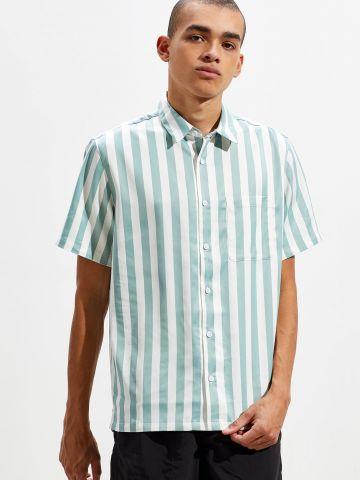 חולצת סאטן מכופתרת בהדפס פסים UO
