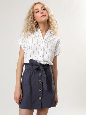 חצאית מיני מכופתרת עם חגורת קשירה