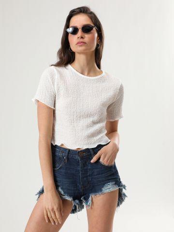 ג'ינס קצר עם סיומת פרומה ואסימטרית