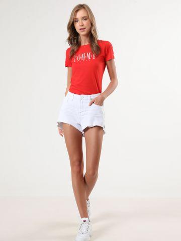 ג'ינס קצר עם סיומת פרומה אסימטרית