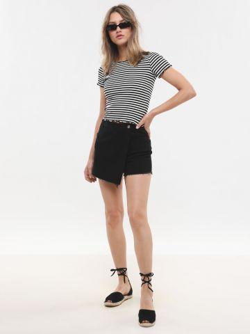 ג'ינס קצר בשילוב מעטפת אסימטרית בחזית