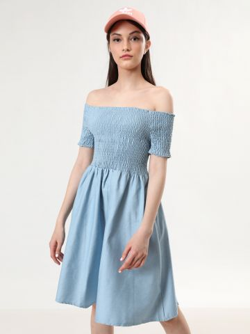 שמלת אוף שולדרס מידי עם כיווצים