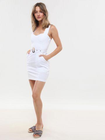 שמלת מיני עם חגורת מותן בשילוב אבזם