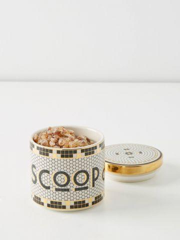 צנצנת פסיפס עם עיטורי זהב וכיתוב Scoop Du Jour