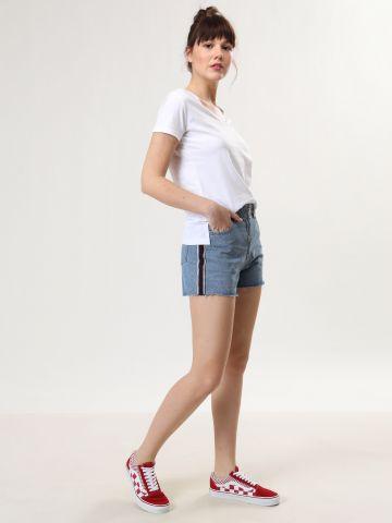 ג'ינס קצר עם סטריפים וסיומת גזורה