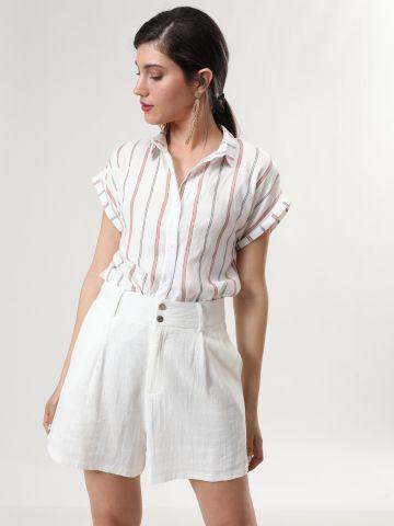 מכנסיים קצרים בגזרה גבוהה עם כפתורי עץ