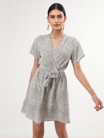 שמלת מיני בהדפס עלים עם חגורת קשירה