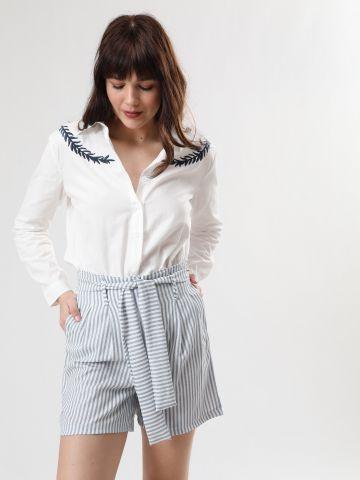 מכנסיים קצרים בהדפס פסים עם חגורת קשירה