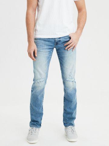 ג'ינס סלים בשטיפה בהירה עם שפשופים Slim Straight