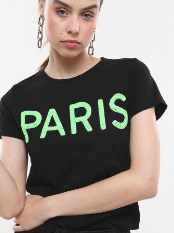 טי שירט עם כיתוב Paris בולט
