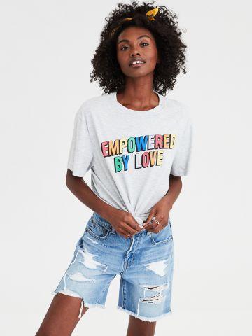 טי שירט עם הדפס צבעוני Empowered by Love / יוניסקס של AMERICAN EAGLE