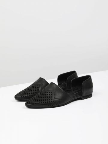 נעלי עור מחודדות עם חירורים דקורטיביים