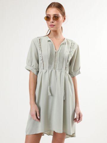 שמלת מיני בעיטור מלמלה ופסי רשת