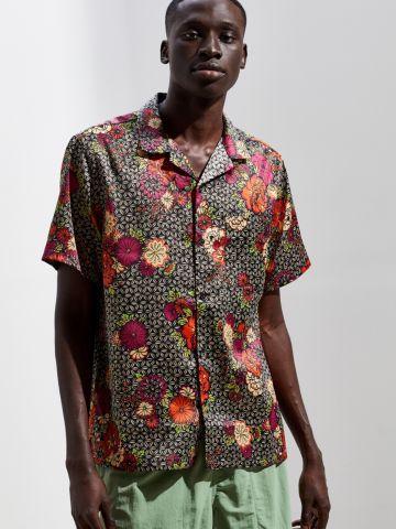 חולצה מכופתרת קצרה בהדפס פרחים UO
