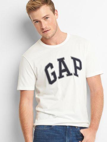 טי שירט עם פאץ' לוגו של GAP