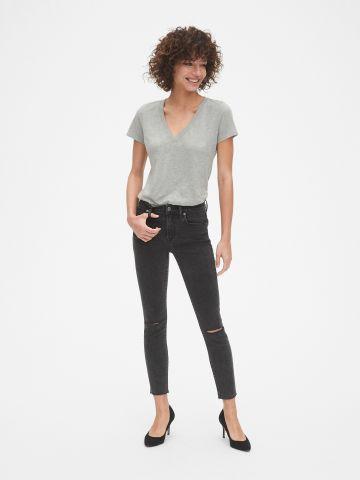 ג'ינס סקיני עם קרעים בברכיים