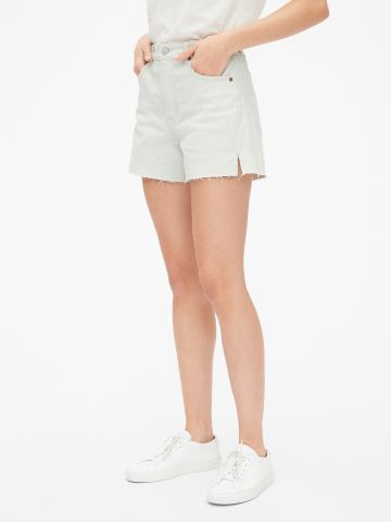 ג'ינס קצר בשטיפה בהירה עם סיומת גזורה