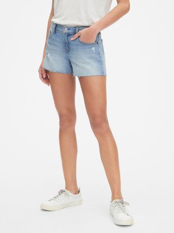 ג'ינס קצר עם סיומת גזורה