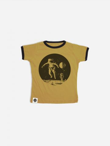 טי שירט רינגר עם הדפס אסטרונאוט / בנות