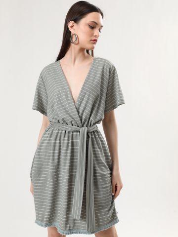 שמלת מעטפת מיני בהדפס פסים עם סיומת פרומה של YANGA