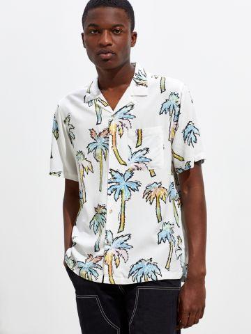 חולצה מכופתרת בהדפס דקלים עם שרוולים קצרים UO