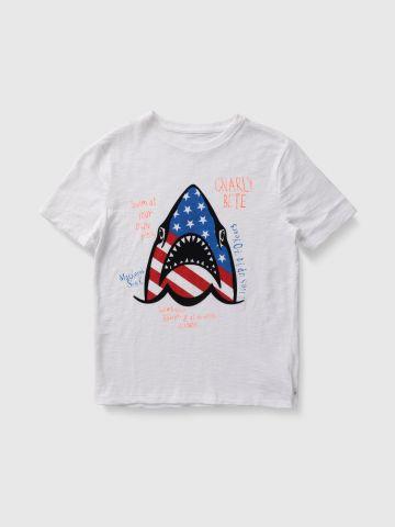 טי שירט עם הדפס כריש אמריקה