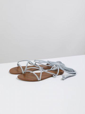 סנדלים שטוחים עם רצועת קשירה