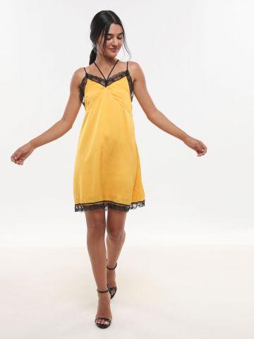 שמלת סאטן מיני עם עיטורי תחרה