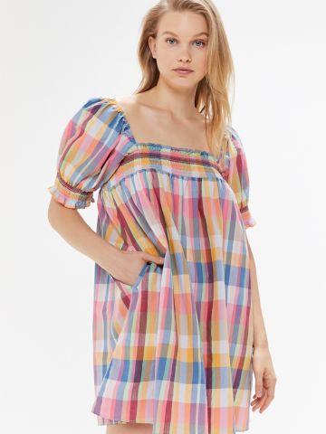 שמלת מיני כיווצים בהדפס משבצות UO