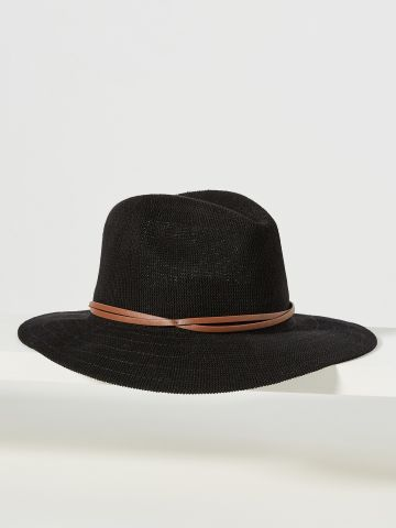 כובע רחב שוליים עם עיטור רצועת עור דקה