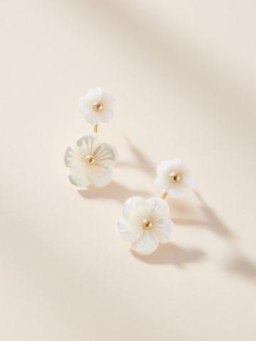 עגילי פנינה נצמדים עם עיטורי פרחים Serefina של ANTHROPOLOGIE