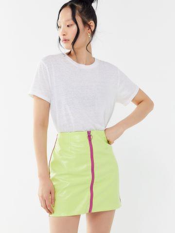 חצאית מיני דמוי עור עם רוכסן בחזית UO