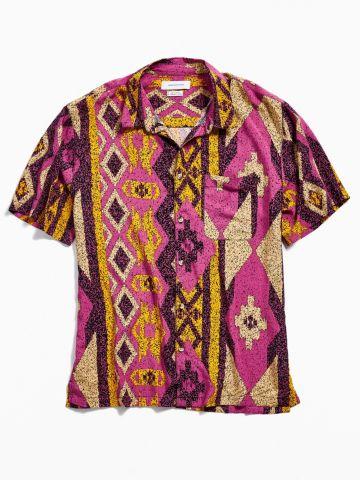 חולצה מכופתרת בהדפס מעויינים ושרוולים קצרים UO