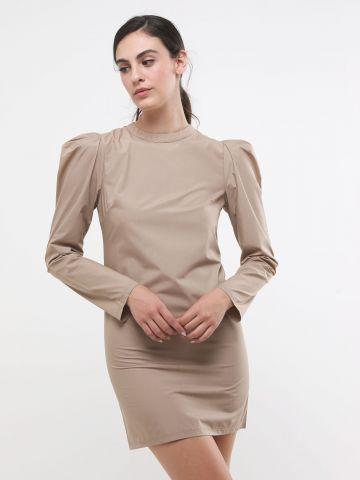 שמלת מיני עם כתפיים נפוחות